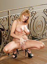 Seductive mature babe spreads her legs and flaunts her tantalizing pink pussy