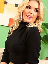 Hot Secretary, Porchia looks sexy in this casual outfit black leggings and black number